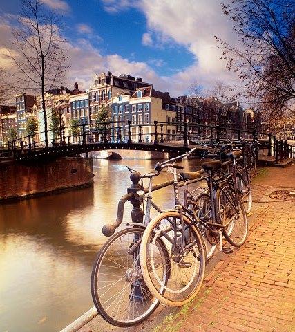 achtergrond-met-grachten-in-amsterdam